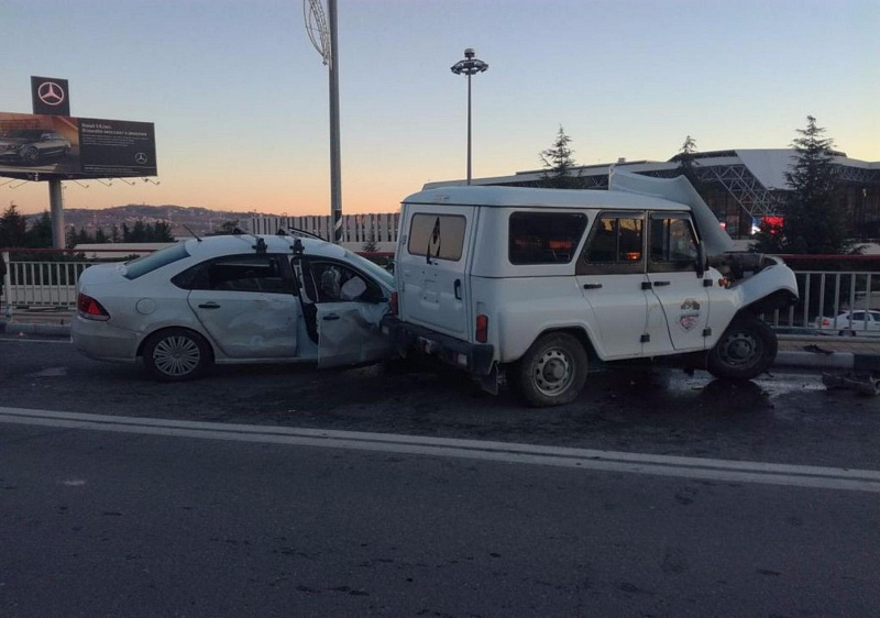 ВСочи при столкновении УАЗа ииномарки пострадал один человек
