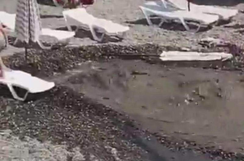 Фонтан грязной воды насочинском береге сочли завыброс нечистот