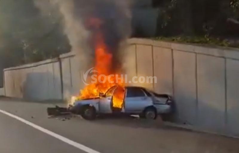 Машина врезалась вбетонное ограждение вСочи исгорела