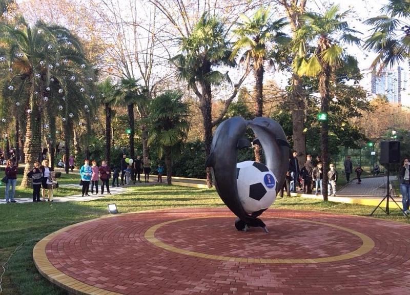 Скульптурную композиции «Дельфины смячом» открыли впарке Сочи коДню города